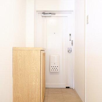 靴箱がどーんと置かれた玄関。とはいえ、狭さは感じません。