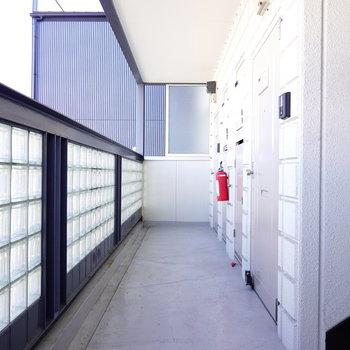 玄関前の塀はガラスタイルで作られていて、デザイナーズのような雰囲気。
