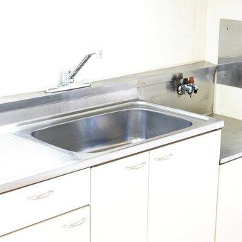 シンクが広くて洗い物が上手にできそうですね。コンロは持ち込み式です。