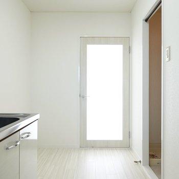 ガラスを光がすり抜けてきて明るい。冷蔵庫以外のキッチン家電も余裕を持って置けそうなスペースが左手に。