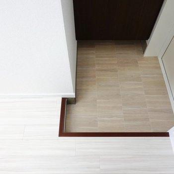 玄関もキッチンのすぐ隣に。靴箱は少し奥にあります。