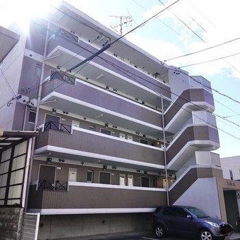 駅から歩いて約14分のマンションの4階がお部屋。