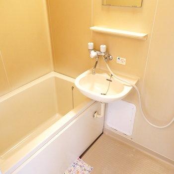 右側には洗面台/お風呂の2点セット。シャワーでサッとお掃除できます◎