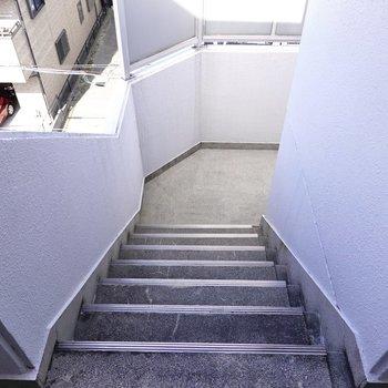 お部屋は4階でエレベーターはありません。たくさんお買い物をしたときは大変かも。
