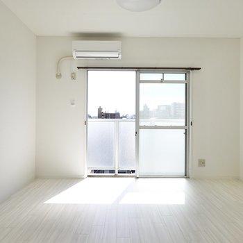 見渡す限り真っ白なリノベーションのお部屋。パリのアパルトマンを感じさせる。