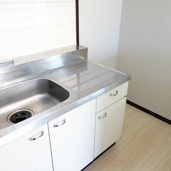 冷蔵庫スペースは奥に。