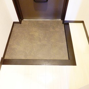 逆L字に切り取られた土間。靴箱はありませんが右のスペースに置けそう。