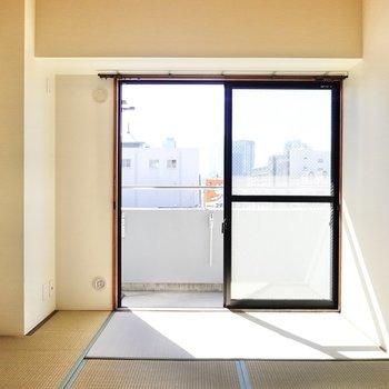 【和6】リビング隣には6帖の和室。寝室に。