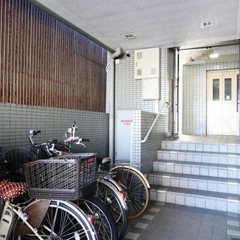 エントランス正面にはエレベーター。自転車置き場もココに。