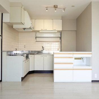 LDKの角にはL字型のキッチン。ふたりで並んで料理ができます。