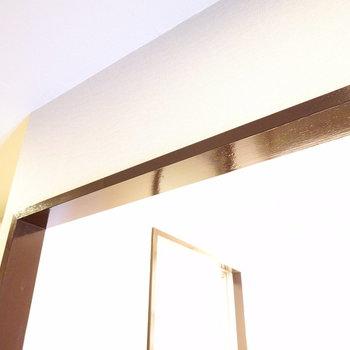 脱衣所にはドアがついていませんが、ココに突っ張り棒で仕切りカーテンが設置できそう。