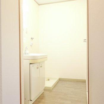 広めの脱衣所。入って奥に洗濯機置き場。