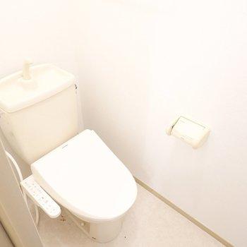 ウォシュレット付きの明るいおトイレです。