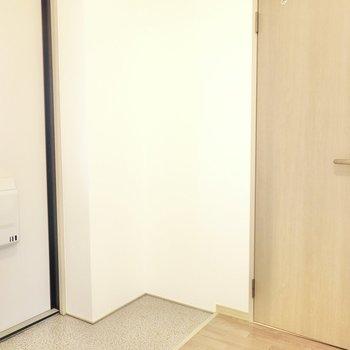 トイレは脱衣所の反対側、玄関右手に。