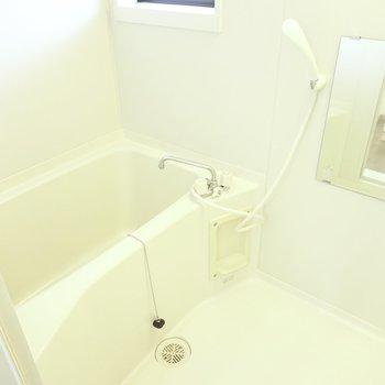 窓があって換気がしやすいシンプルなお風呂です。