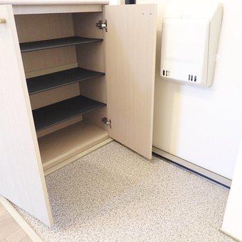 タタキの広い玄関にはざっくりと大きな棚の靴箱があります。