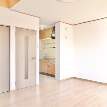 洋室は約12帖と広々。ベッドやテーブルを主役にしたインテリアコーディネートが可能。