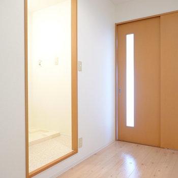 洋室へのドア側にラックを設置すればキッチン家電が無理なく収められます。