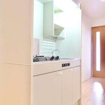 キッチン自体は少しコンパクトな乾燥棚付きタイプ。