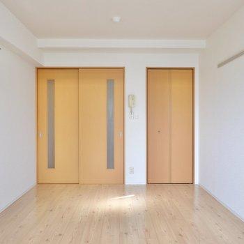実は小窓のついた角部屋です。窓枠と同じ黒い鉄素材の家具があると良いアクセントになります。