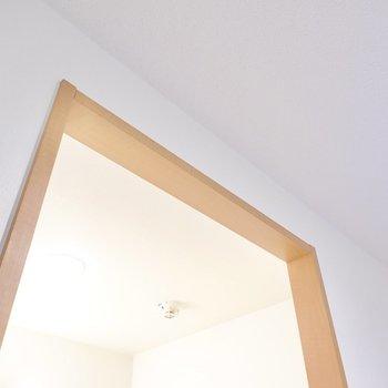 ドアがありませんがこのスペースに突っ張り棒を使って仕切りカーテンを取り付けられます。