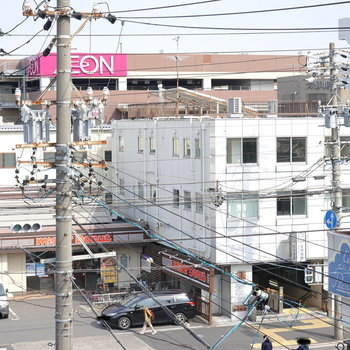 お部屋から見える位置に飲食店や大型ショッピングセンターがあります。