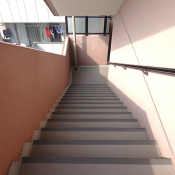 お部屋は4階でエレベーターはありませんが、階段はゆとりのある構造です。