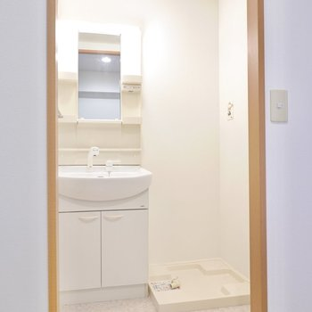 しっかり脱衣所があるのが嬉しいポイント。中には棚付きの独立洗面台に洗濯機置き場。
