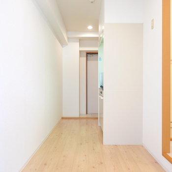 ダウンライトが照らす約4.8帖の広いキッチンスペース。冷蔵庫は右の角に。