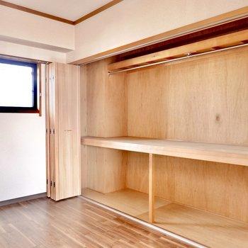 洋室は約6帖の広さ。大きなクローゼットがあるので脚付きマットレスを置いて寝室に。
