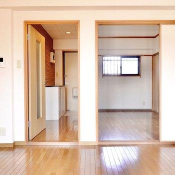 左のドアからは廊下へ、右からは洋室へ。