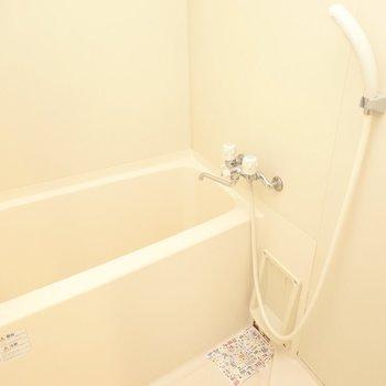 左には清潔感のあるシンプルなお風呂。
