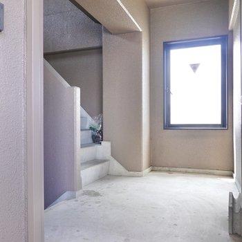 大きな窓のある階段ホール。お部屋は3階でエレベーターはありません。