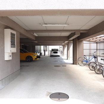 1階部分が駐車場と駐輪場に。屋根付きが嬉しいですね。
