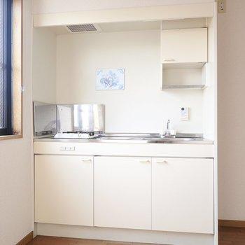 クリーム色のシンプルなキッチンは乾燥棚付き。