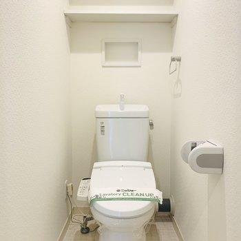 上部に収納のついたウォシュレット付きのトイレです。