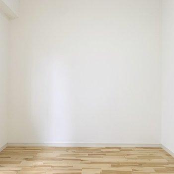 【洋6】シンプルな間取りで家具の配置もしやすそうな洋室。