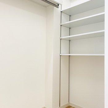 右側には可動式の棚もついています。