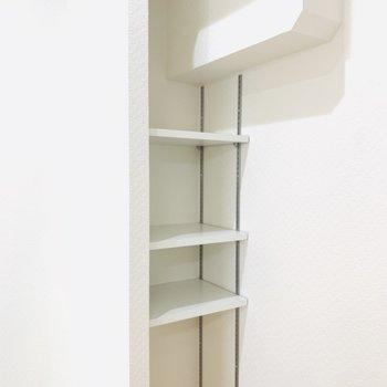 キッチン脇には小さな収納がちょこんと。なかなか多いキッチン用品をこれならたくさん収納してくれそう。