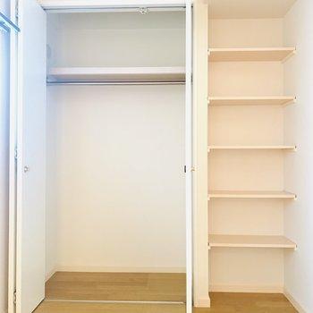 収納はクローゼットと棚。生活用品もしまえるのがありがたいですね。