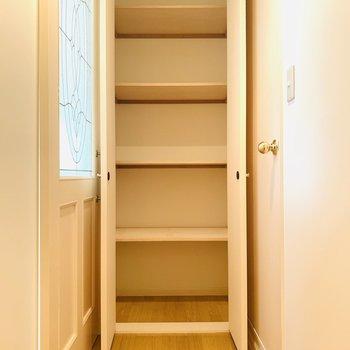 廊下にも大きな収納が一つ。これだけあればどれだけたくさんの荷物でも収納できそう!