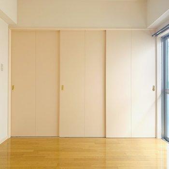 【洋6.2】ベランダへ続く大きな窓もあるのでお部屋がとても明るい。