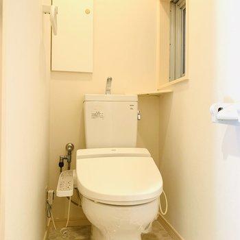 小窓がついて換気もできるウォシュレット付きのトイレです。