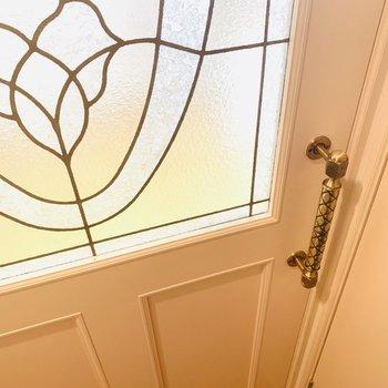 ステンドグラスのような扉に、アンティークっぽいドアノブが素敵。