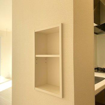 この棚はキッチンのモノを置こうか、リビングで使うモノを置こうか、はたまたディスプレイコーナーにしようか…