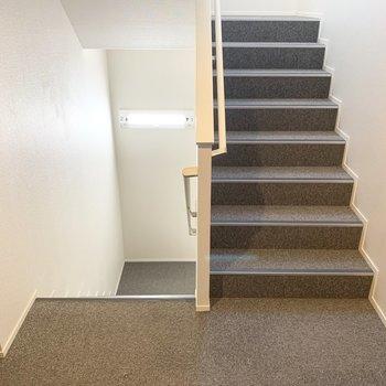 アクセスは階段のみですが、カーペット敷で歩きやすく静かな空間でした。