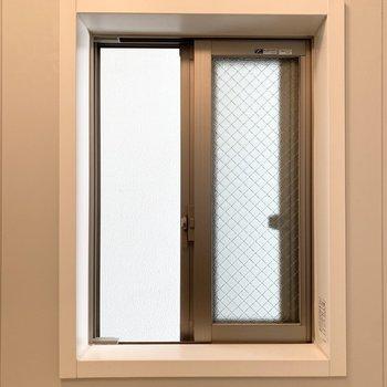窓の外は囲われたベランダの壁なので、入浴中も視線を気にせず開けられます◎
