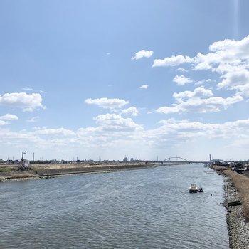 近くを河が流れていて、橋の上からの景色が綺麗でした◎