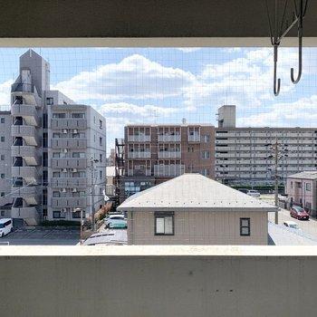 洗濯物も干せます。眺望は正面はご近所さま。