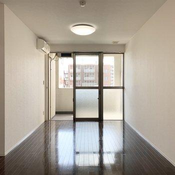 洋室の広さは10.4帖。南向きに大きく窓の開いたお部屋です。